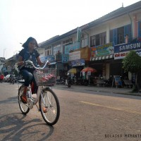 Something really special was biking around the city. Battambang, the second most populated city in Cambodia, has also some of the best preserved French colonial buildings.